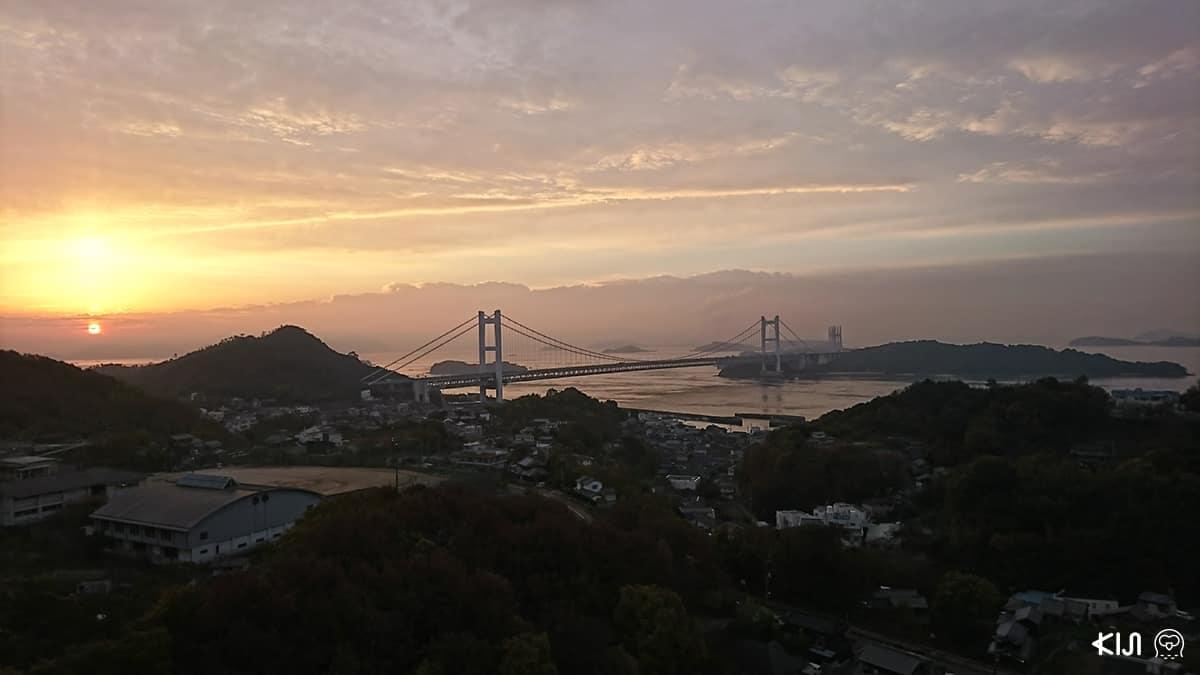 สามารถชมวิวพระอาทิตย์ขึ้นในตอนเช้าได้จากออนเซ็นของโรงแรม