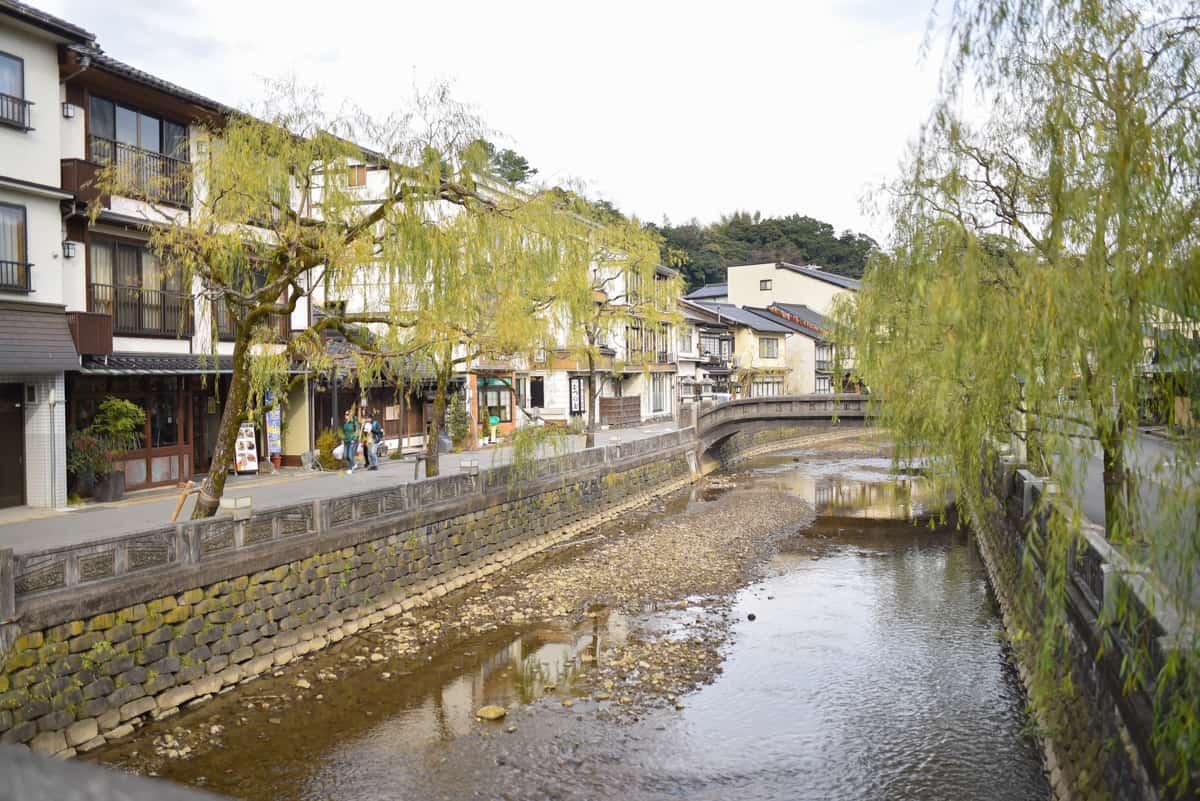 อาคารโบราณตั้งเรียงรายทั้งสองข้างทางขนานไปกับแม่น้ำโอตานิ (Otani)