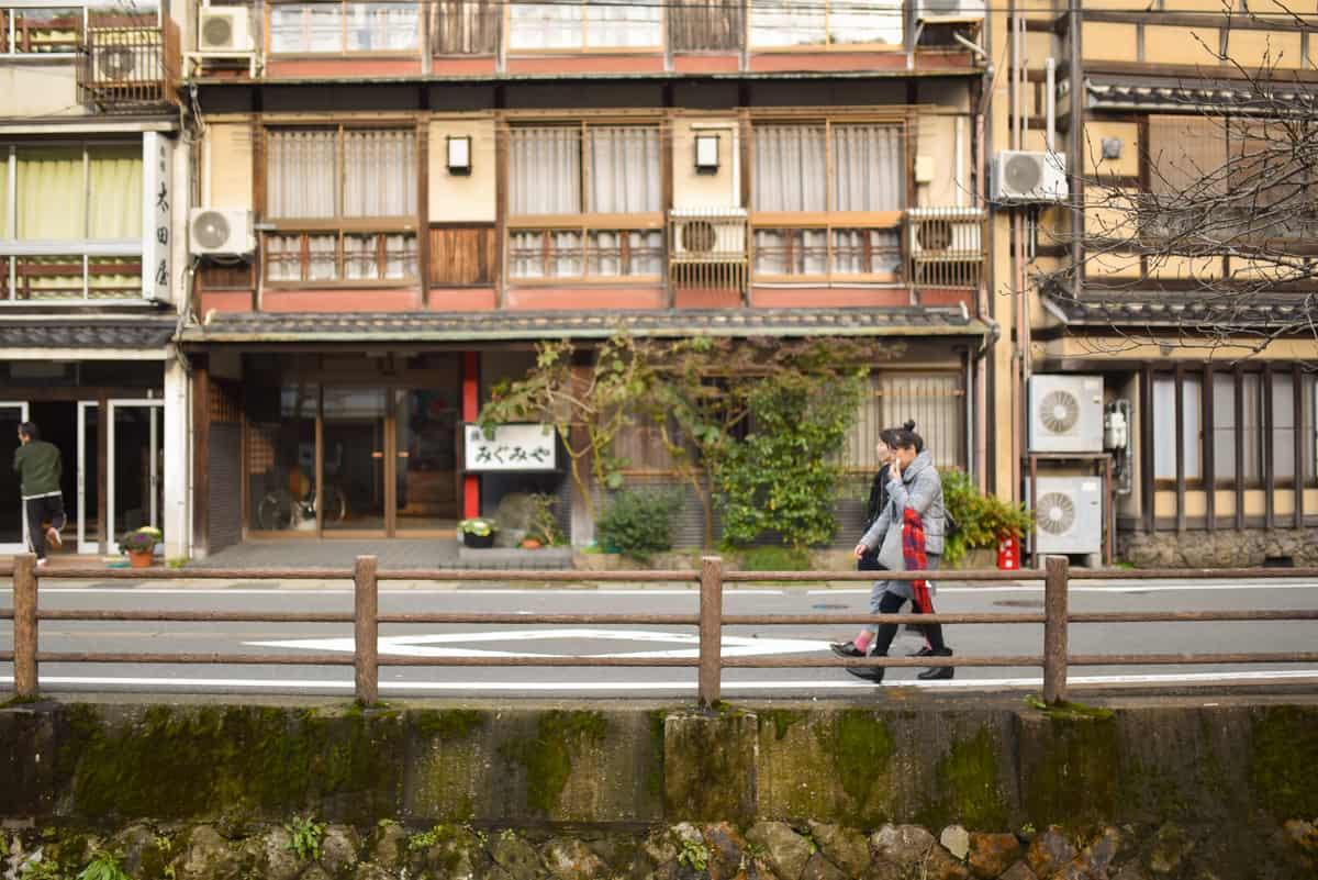นักท่องเที่ยวเดินเล่นกันที่ย่าน คิโนะซากิ