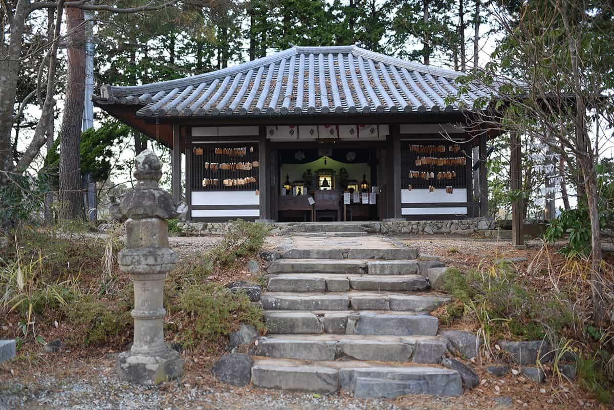 ที่จุดชมวิวของ คิโนะซากิ มีศาลเจ้าเล็กๆ ให้เราได้สักการะบูชา