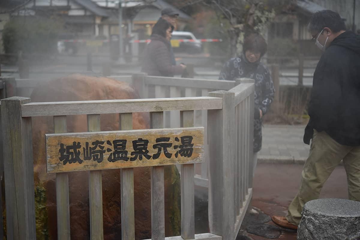 ด้านล่างจุดชมวิวเมือง คิโนะซากิ มีจุดให้ต้มไข่จากน้ำพุร้อนจี๋