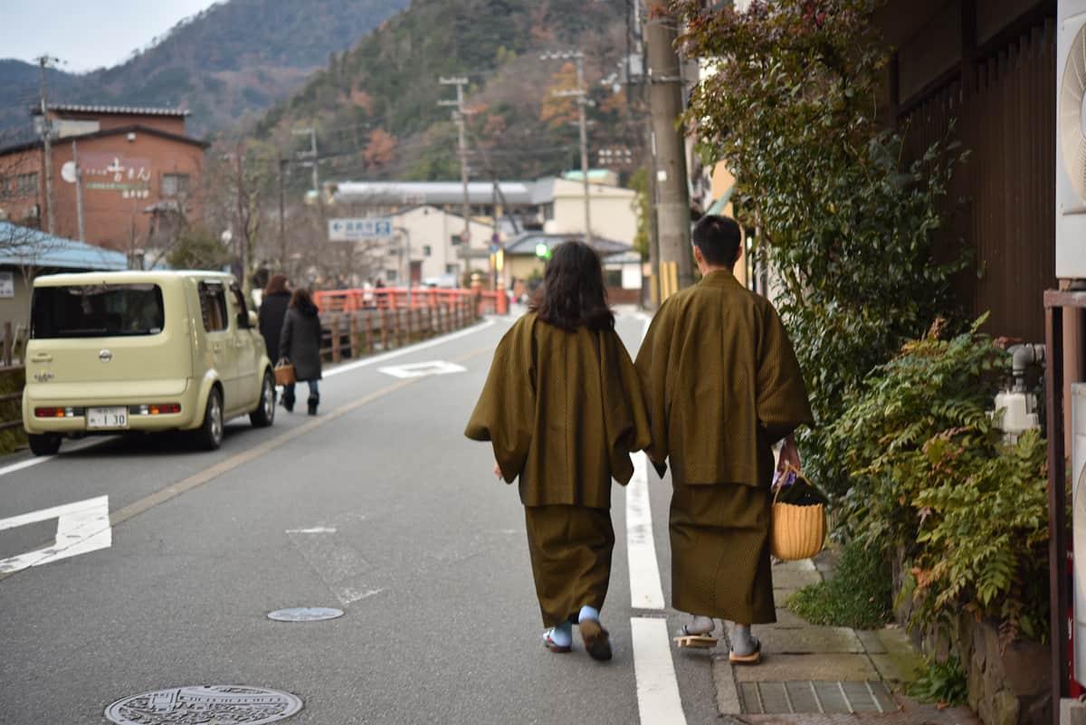 ใครที่มาถึงคิโนะซากิต้องใส่ยูกาตะกับรองเท้าไม้เกตะ หิ้วกระเป๋า หยิบผ้าเช็ดตัวที่โรงแรมเตรียมไว้ให้ แล้วออกมาแช่ออนเซ็น