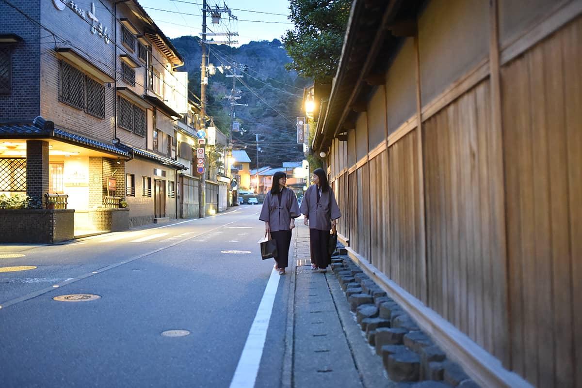 ยูกาตะของ Nishimuraya เป็นชุดสีน้ำตาลสุดคลาสสิกแบบที่ใส่แล้วรู้สึกเป็นผู้ดีเก่าเหมือนหลุดมาจากยุคเอโดะ