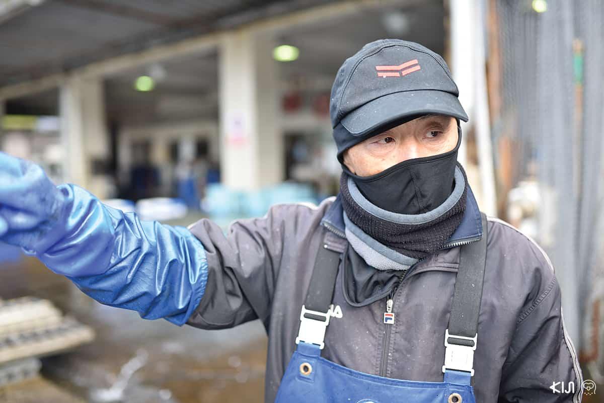 คุณฮิเดกิ คุระ (Hideki Kura) อายุ 65 ปี พนักงานตำแหน่งคัดแยกปลา ที่ อิเนะ