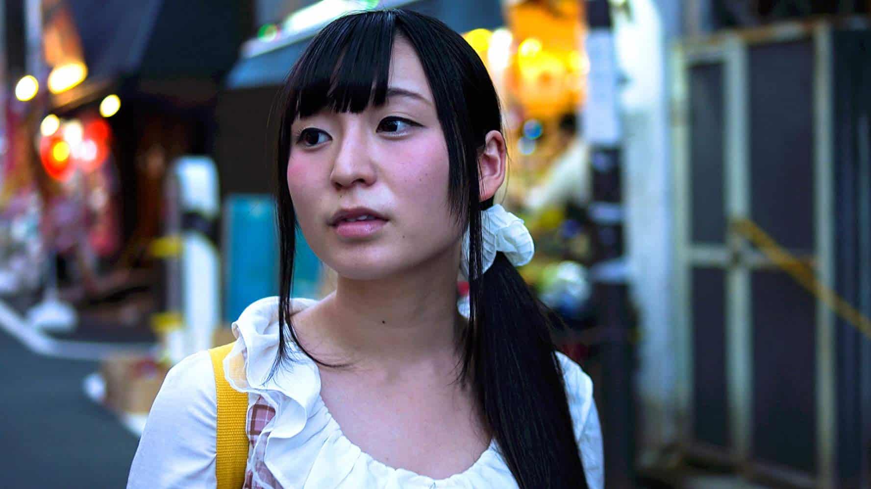 """""""ริโอะ"""" (Rio) เด็กสาวอายุ 19 ปีซึ่งเป็นตัวเดินเรื่องคนสำคัญของสารคดีเรื่อง Tokyo Idols"""
