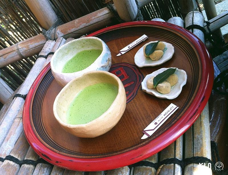 วาบิซาบิ : ท่านจูโคสอนลูกศิษย์ให้ลองชื่นชมพระจันทร์ครึ่งเสี้ยวและใช้ถ้วยชาที่ปั้นจากดิน