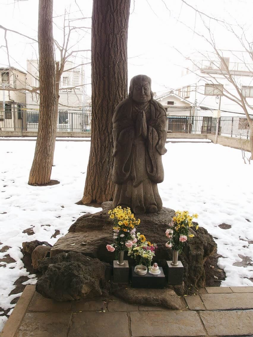 วัดโฮเมียวจิแห่งนี้ยังเป็นที่ตั้งของรูปปั้นเทพธิดาแห่งการคุ้มครองบุตร (Kishimojin)โดยมีความเชื่อกันว่าหากผู้ใดที่ได้มากราบไหว้แล้วนั้น เทพีองค์นี้จะช่วยส่งผลให้ลูกและบุตรหลานของคุณเลี้ยงง่าย