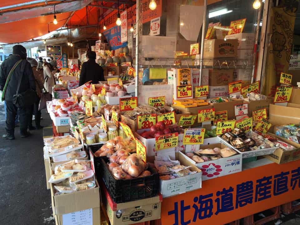สินค้าของร้านค้าต่างๆ ในตลาดโจไก