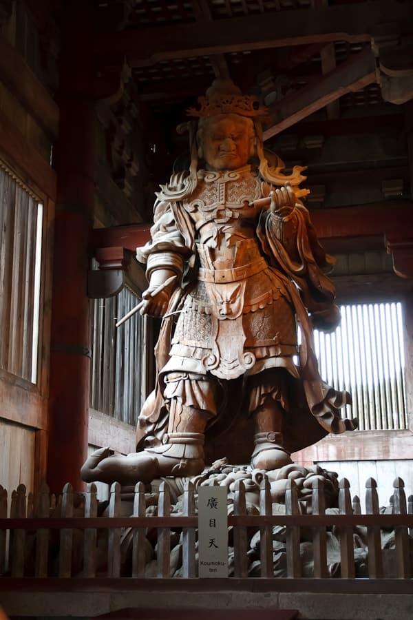 เทพทวารบาลที่คอยพิทักษ์คุ้มครองประตูทางเข้าวิหารหลักของวัดโทไดจิ (Todaiji Temple)