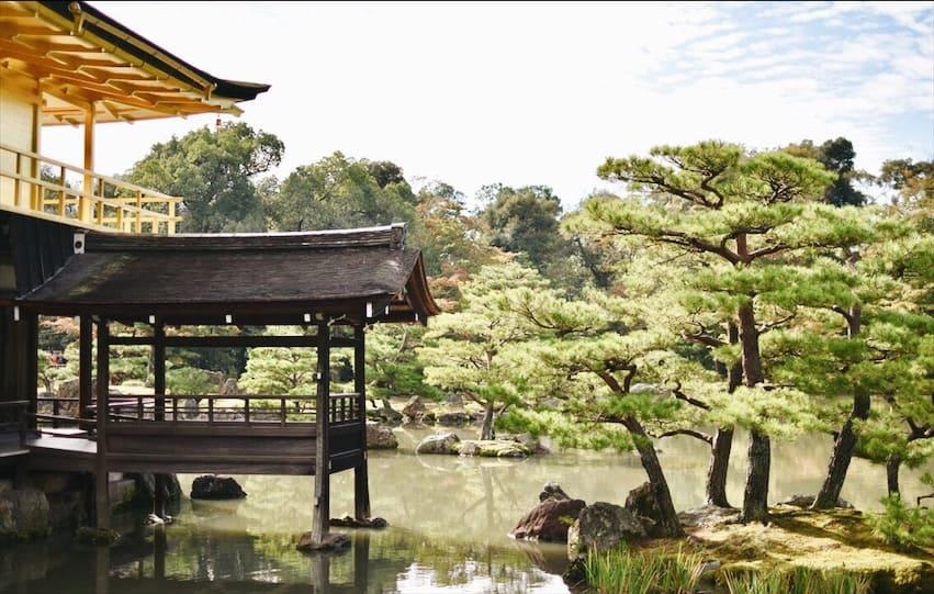 วัดคินคาคุจิ ตั้งอยู่ท่ามกลางความอุดมสมบูรณ์ทางธรรมชาติ รายล้อมไปด้วยต้นไม้สีเขียวชอุ่มกับบ่อน้ำ Anmitaku Pond อันกว้างใหญ่