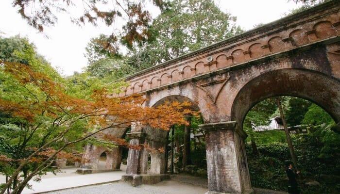สะพานลำเลียงน้ำที่สร้างด้วยหินอิฐแดง (Suido - Bashi)