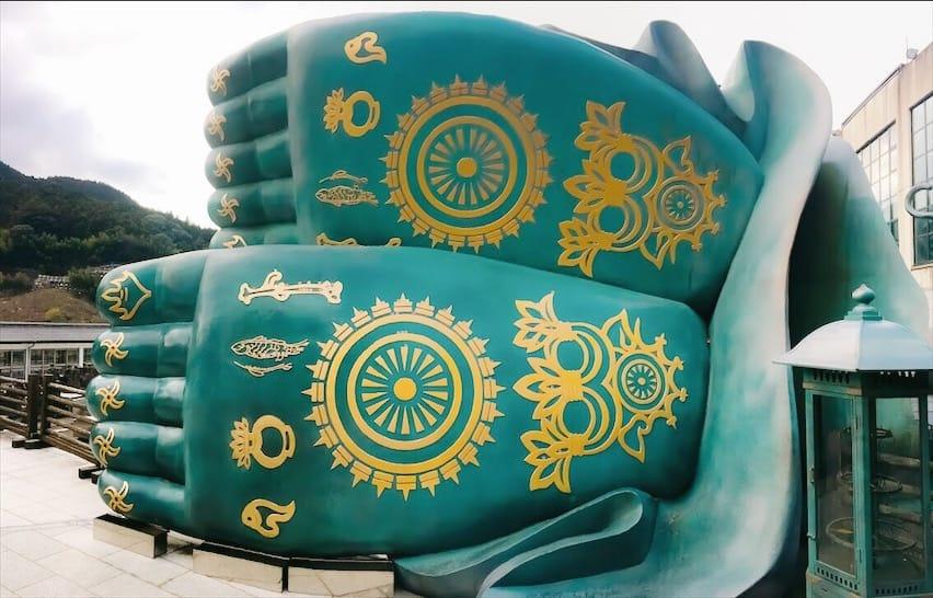 บริเวณฝ่าเท้าของพระนอนที่วัดนันโซอิน คือ หลักคำสอนของพระพุทธเจ้า