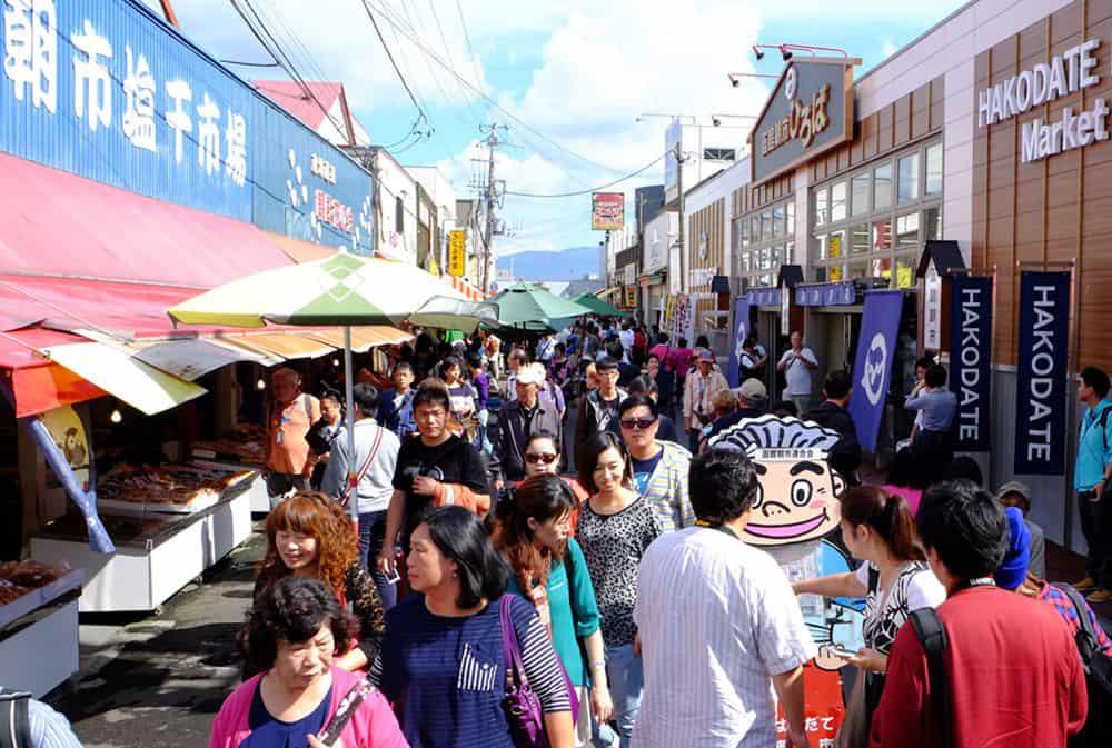 ผู้คนมากมายมาเดินช้อปกันที่ตลาดเช้าฮาโกดาเตะ (Hakodate Morning Market)