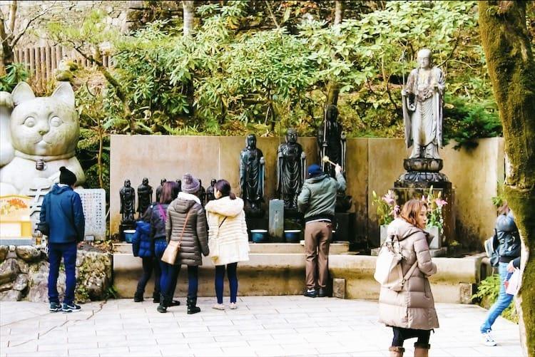 ในวัดนันโซอิน (Nanzoin Temple) มีรูปปั้นที่สำคัญทางศาสนาอันน่าค้นหาอีกมากกว่า 500 องค์ อาทิ รูปปั้นโอคุโนะอิน (Okunoin) รูปปั้นยักษ์ฟุโดเมียว (Fudo Myo-o)