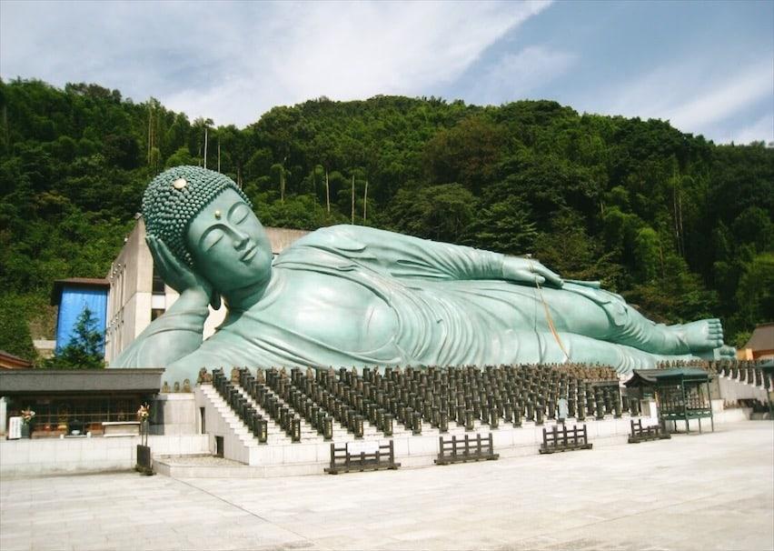 """เอกลักษณ์ที่โดดเด่นของวัดนันโซอินก็คือ พระพุทธรูปนอนทองแดง """"เนฮันโซ"""" ซึ่งจัดเป็น พระนอนที่มีขนาดใหญ่และยาวเป็นอันดับหนึ่งของโลก"""