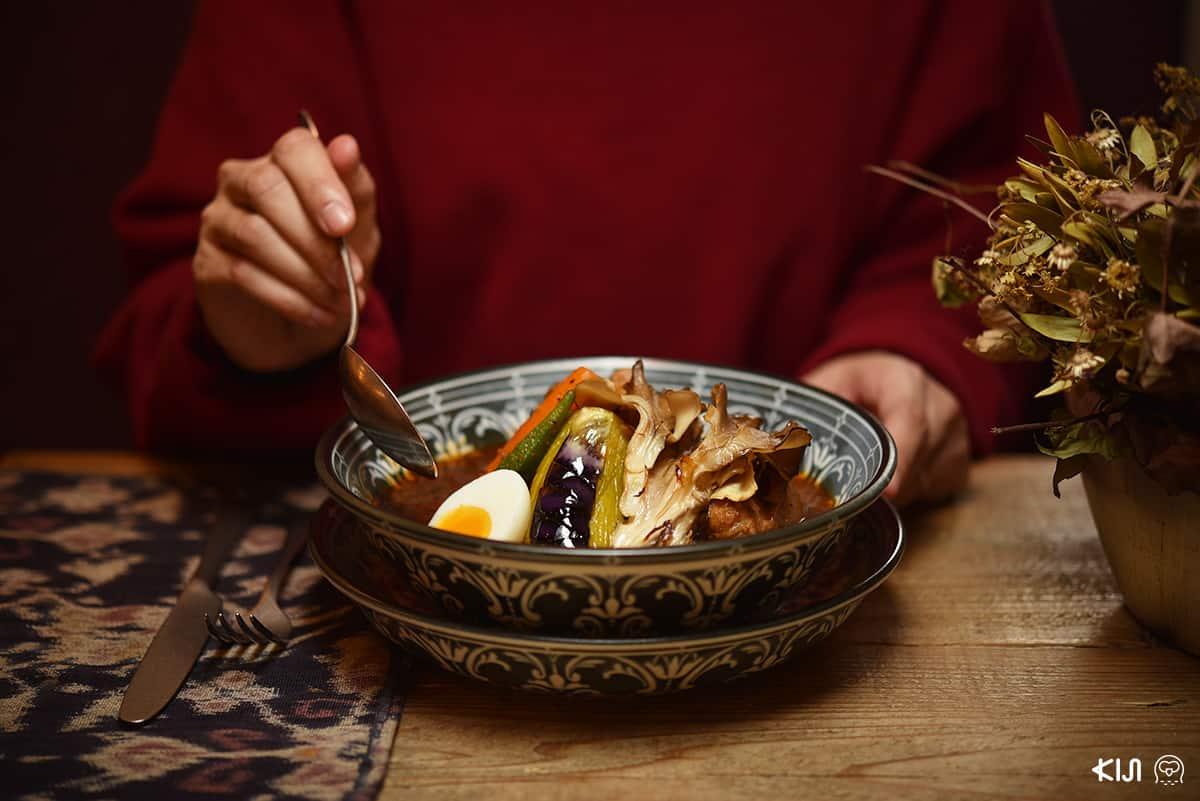 ซุปแกงกะหรี่หมูสไตล์ญี่ปุ่น ราคา 1,600 เยน เครื่องแน่นด้วยผักสดและหมูชิ้นโตจากฮอกไกโด