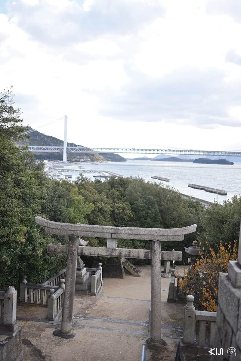 สามารถมองเห็นสะพานเซะโตะ โอะฮะชิ (Seto Ohashi) ซึ่งเป็นสะพานสองชั้นที่ยาวที่สุดในญี่ปุ่น ได้ที่ศาลเจ้ากิอง (Gion)