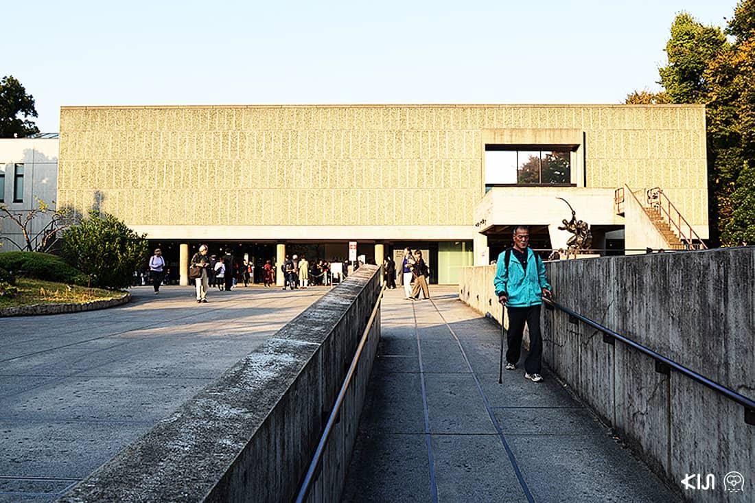ด้านหน้าพิพิธภัณฑ์ พร้อมแสงในยามบ่าย