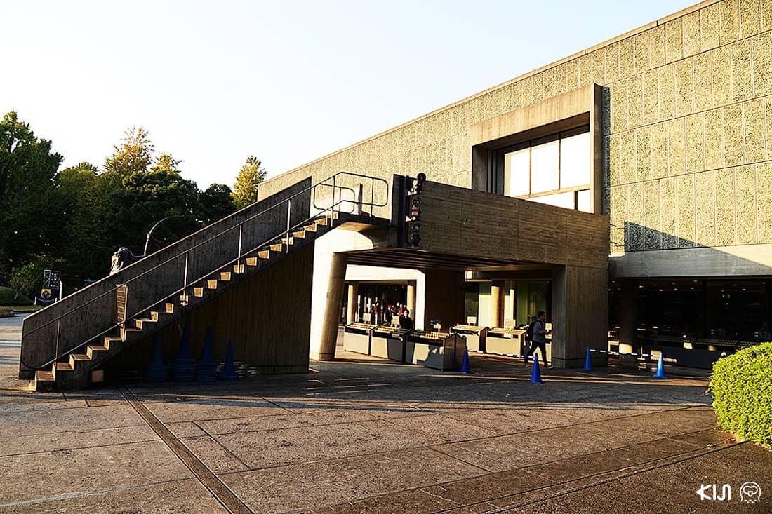 ด้านหน้าพิพิธภัณฑ์ National Museum of Western Art Tokyo พร้อมแสงในยามบ่าย