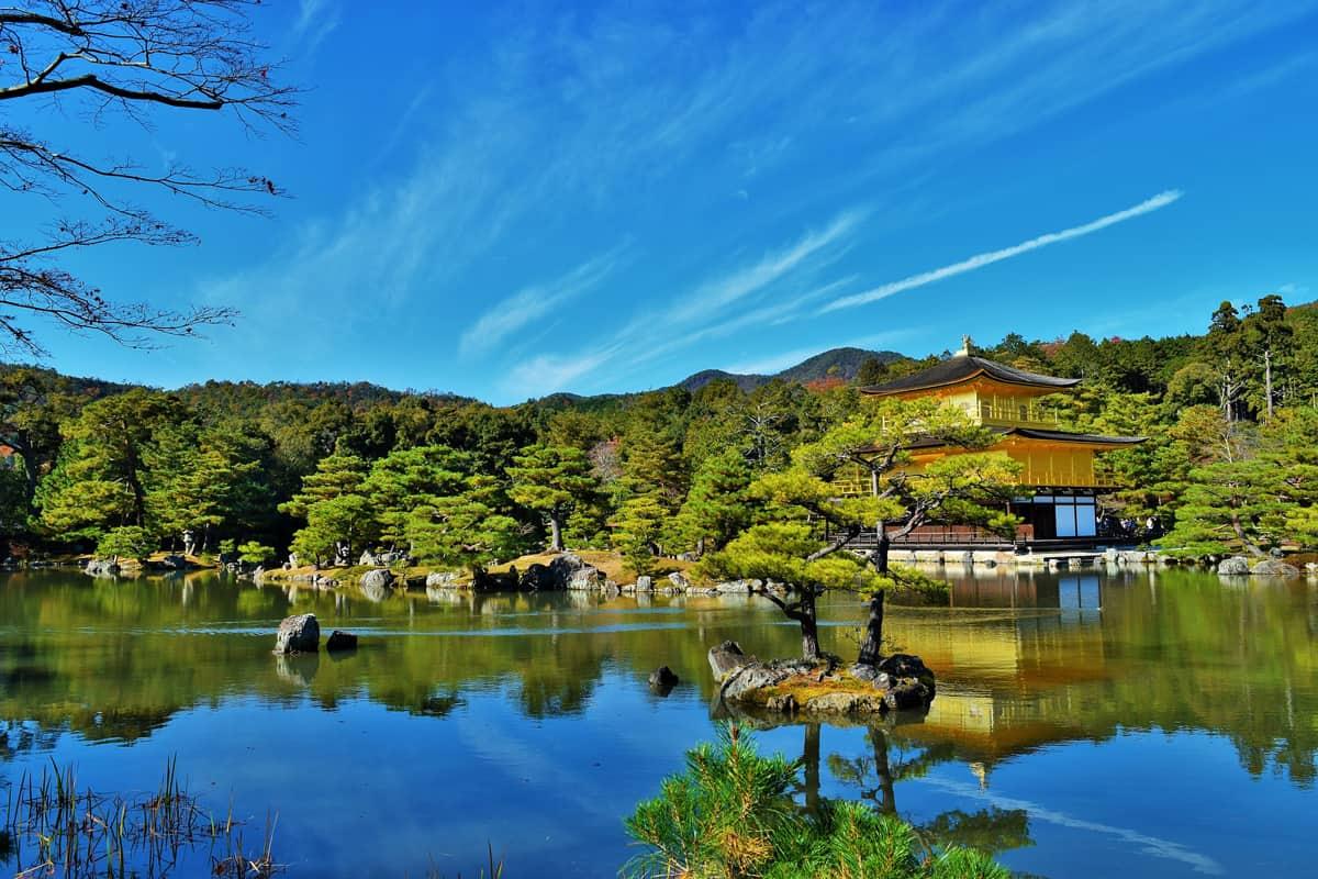 Kinkaku-ji (โอซาก้า) ชมวัดทองที่ตั้งโดดเด่นอยู่ริมน้ำ ตัวอาคารหลักเป็นสีทองเกือบทั้งหลัง เมื่อสะท้อนผิวน้ำ จึงเกิดภาพงดงามตระการตา