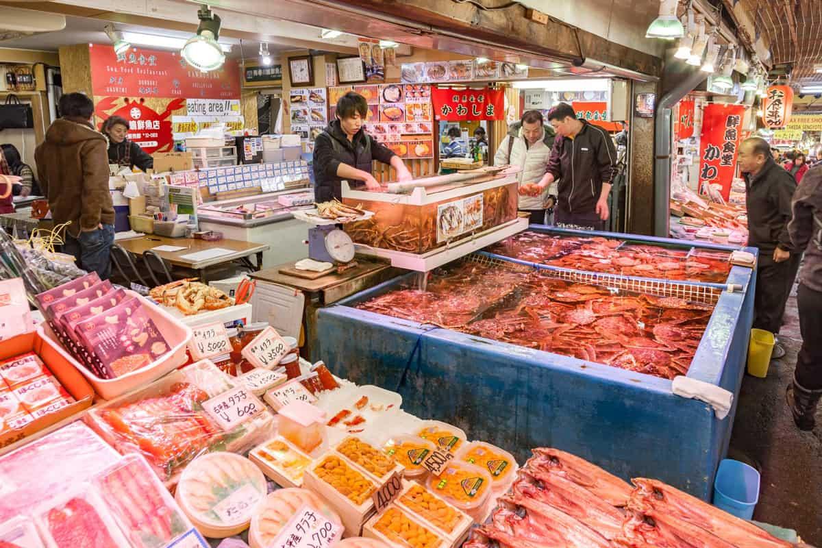 พ่อครัวปรุงอาหารกันสดๆ พร้อมรับประทานได้เลยที่ตลาดซังคะคุ