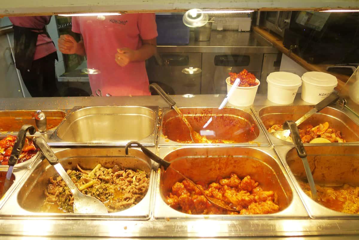 ร้าน KOKORO : ส่วนบรรดาข้าวราดแกง สั่งที่เค้าเตอร์ชำระเงิน