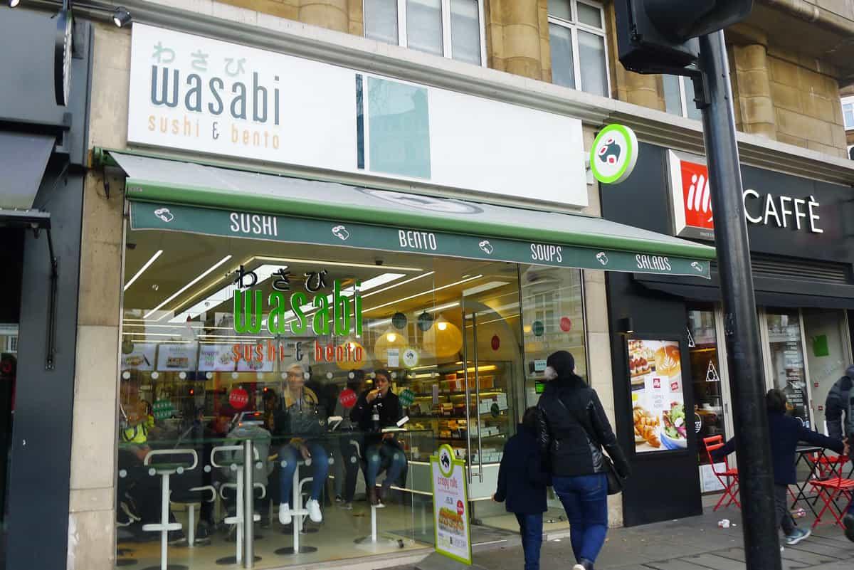 การตกแต่งของร้าน Wasabi Sushi & Bento จะเน้นใช้กระจกโปร่งใส