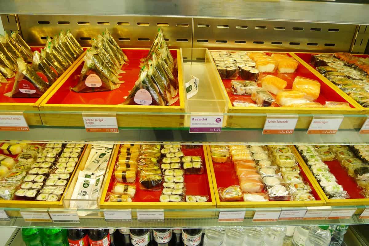 ร้าน Wasabi Sushi & Bento มีข้าวปั้นหน้าต่างๆ ที่สามารถเลือกซื้อเป็นคำได้