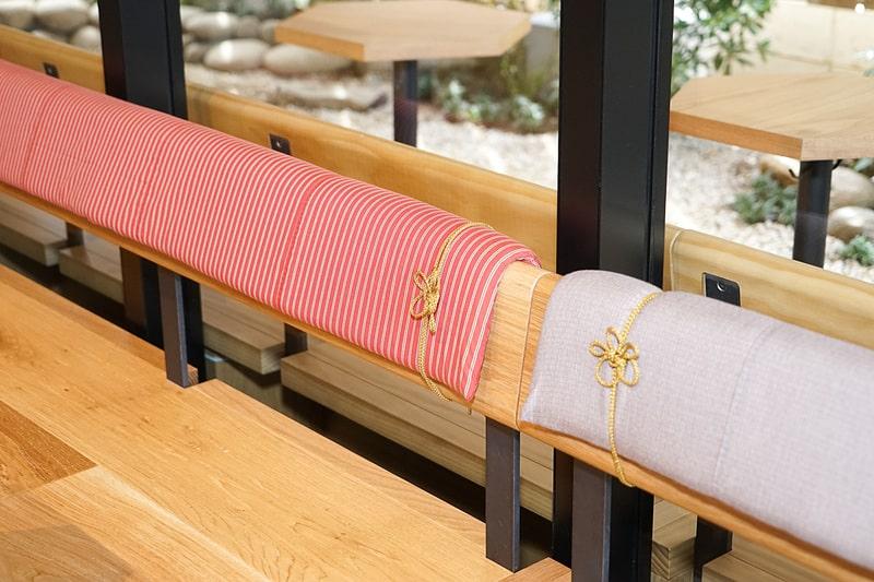 ที่นั่งเกือบทุกตัวบุด้วยผ้า Kawagoe Tozan ซึ่งเป็นที่นิยมของชาวเมืองคาวาโกเอะตั้งแต่สมัยโบราณ