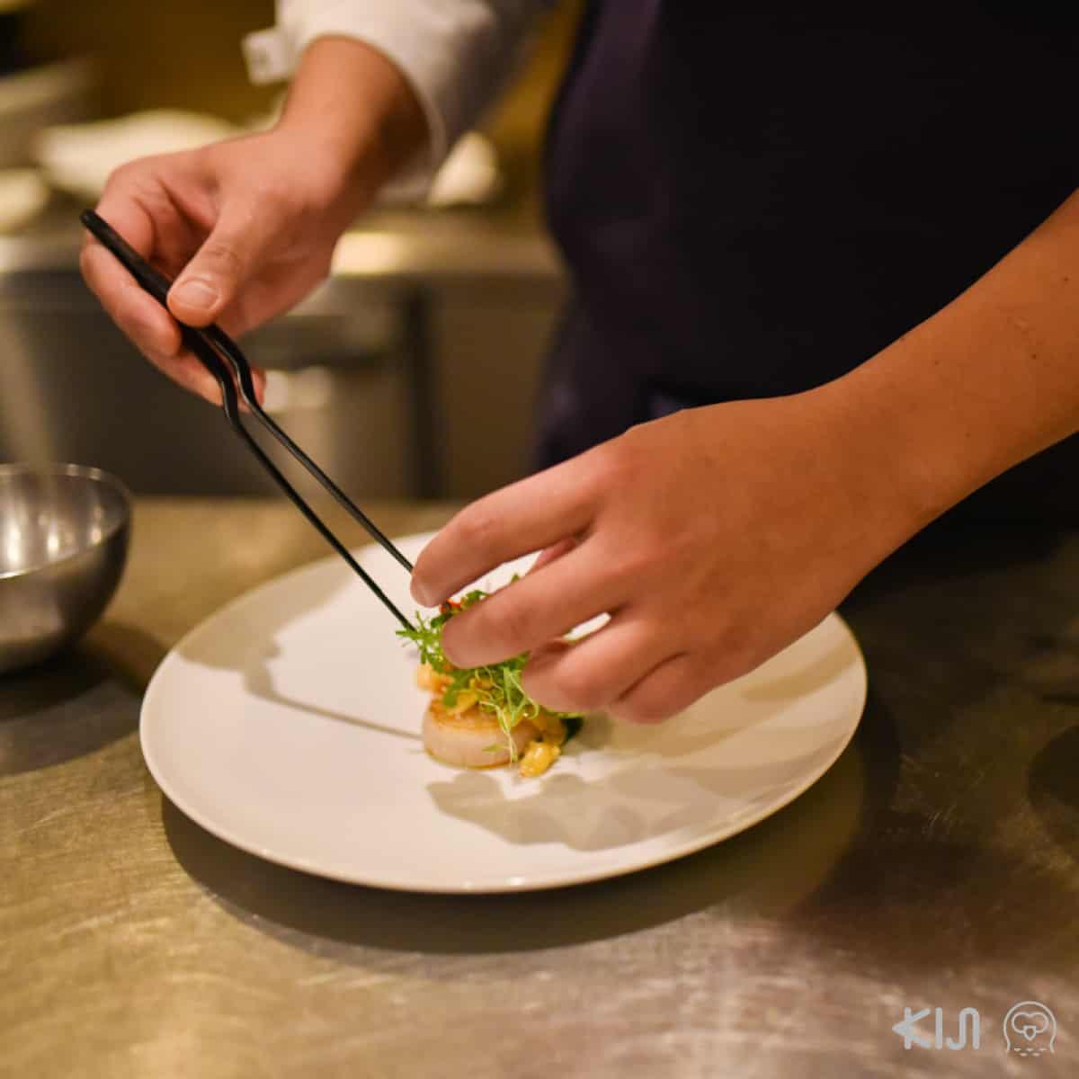 ครัวของร้าน Méli Mélo เป็นครัวแบบเปิด