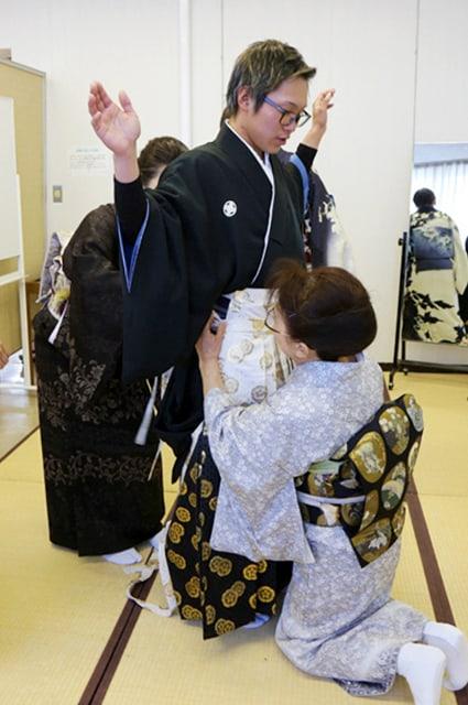ในวัน Seijin no Hi ผู้ชายจะได้ใส่เป็นกิโมโนแบบดั้งเดิมผู้ชายที่มักจะใส่กันในงานประเพณีสำคัญต่างๆ เรียกว่า 'มงสึกิ ฮาคามะ' (Montsuki Hakama)