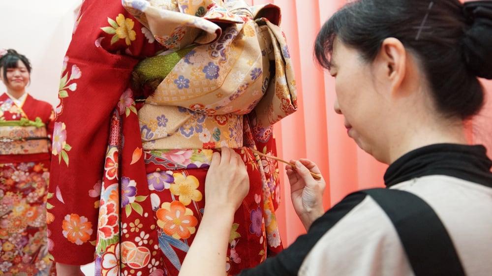 ในวัน Seijin no Hi ผู้หญิงจะได้แต่งสวยในชุดกิโมโนที่เรียกว่า 'ฟุริโซเดะ' (Furisode)
