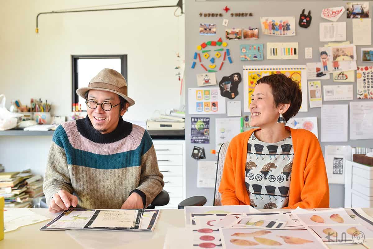 """ทะสึยะ คะเมะยะมะ (Tatsuta Kameyama) และอะสึโกะ นะกะงะวะ (Atsuko Nakagawa) ศิลปินคู่รัก ที่ใช้นามปากการ่วมกันว่า """"tupera tupera"""""""