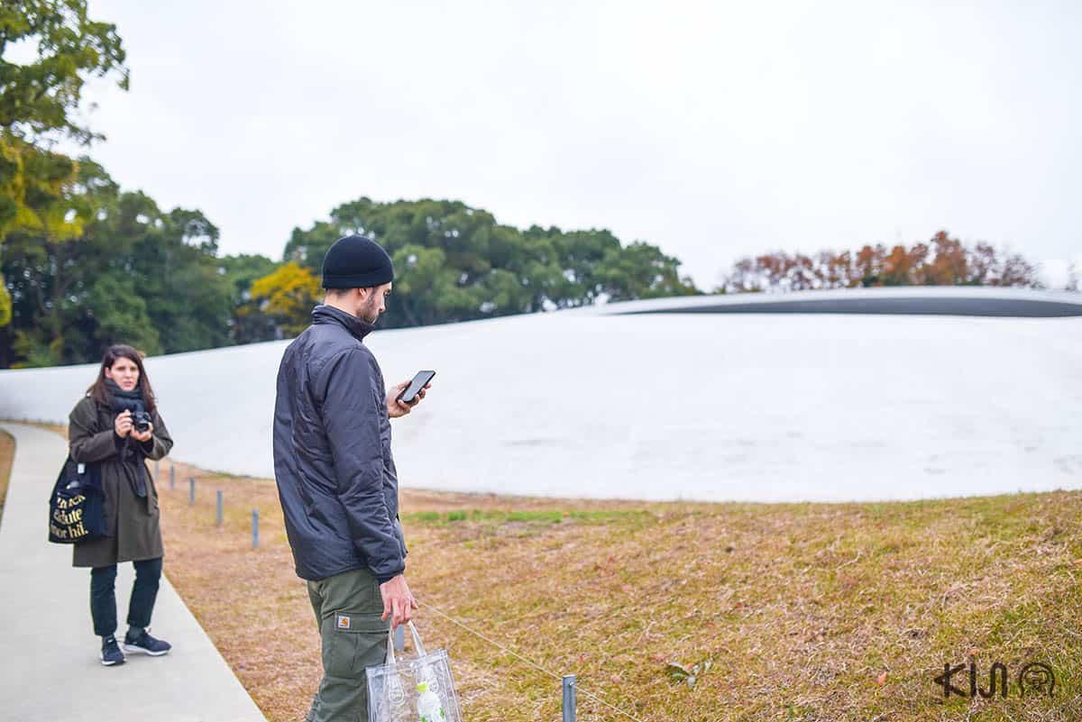 อาคารสีขาวทรงโค้งที่ดูคล้ายบ้านเทเลทับบี้นี้ ออกแบบโดยศิลปินสาวเร ไนโตะ (Rei Naito) และสถาปนิกชื่อดังริวเอะ นิชิซะวะ (Ryue Nishizawa)
