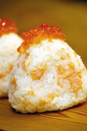 ซาเกะยาม่าสึเกะโอนิกิริ ข้าวปั้นผสมเนื้อปลาแซลมอนหมักเกลือและมีไข่ปลาแซลมอนเป็นท็อปปิ้ง ของ จ.ฮอกไกโด