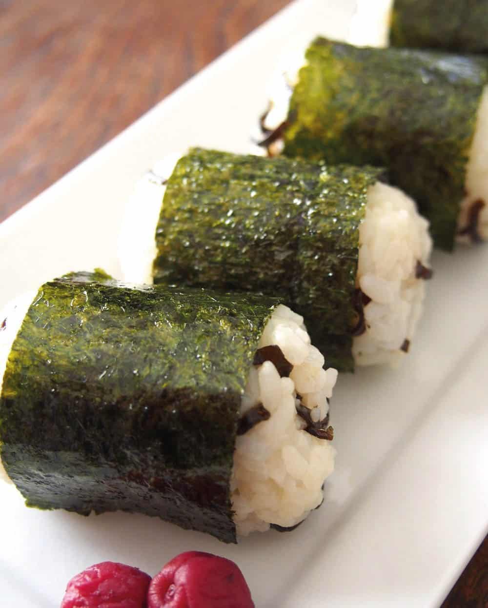 ชิโอะคอมบุโอนิกิริ ข้าวปั้นทรงถุงใส่ข้าวสารญี่ปุ่นผสมสาหร่ายดองเกลือ ของ จ.โอซาก้า