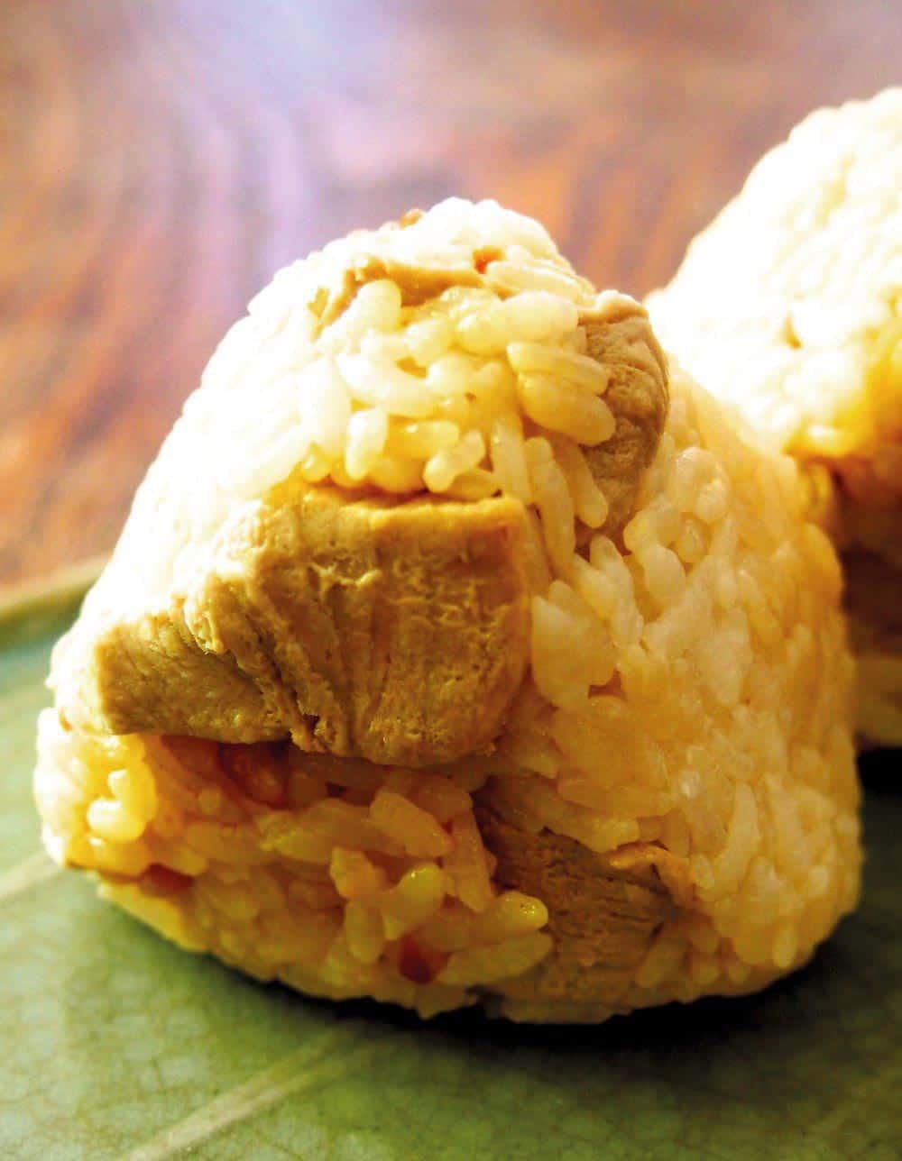 คัตสึโอะเมชิโอนิกิริ ข้าวปั้นผสมเนื้อปลาคัตสึโอะชิ้นโตๆ ของ จ.โคจิ