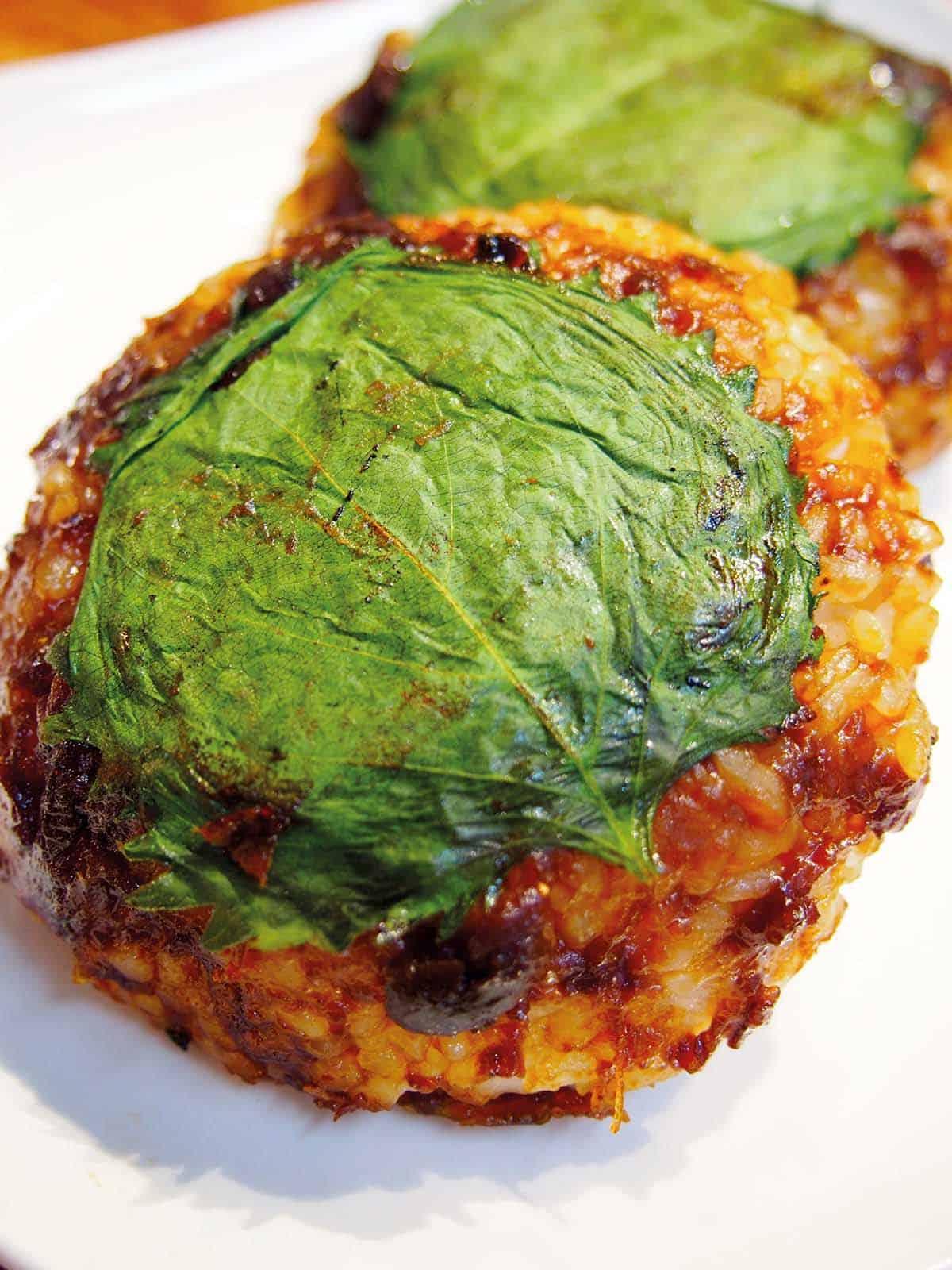 มิโซะยากิโอนิกิริ ข้าวปั้นย่างมิโซะและประกบด้วยใบโอบะ ของ จ.ยามากาตะ