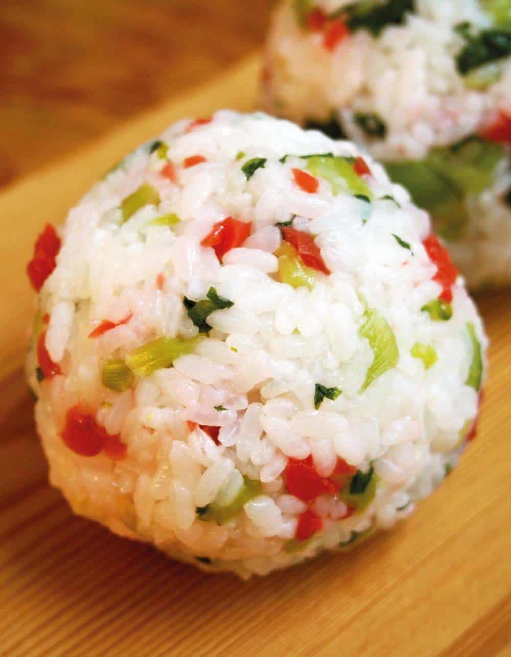 โนซาวะนะโตะคาริคาริอุเมะโอนิกิริ ข้าวปั้นผสมผักโนซาวะนะและบ๊วยเม็ดเล็ก ของ จ.นากาโน่