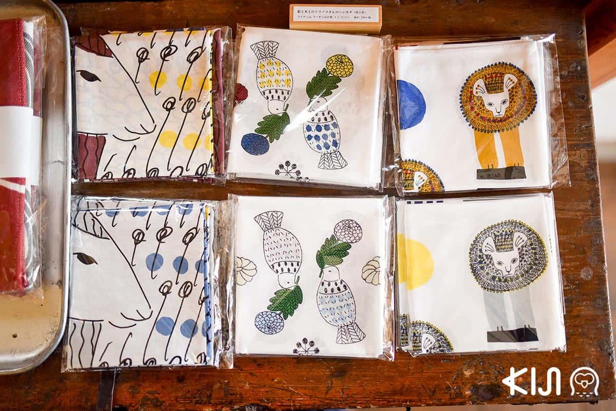 ผ้าเช็ดหน้า ทำจากผ้าฝ้าย 100% ออกแบบลายโดยคุณโทโมมิ อิราโกะ (Tomomi Irago) มีวางขายที่ร้าน Classiky ราคา 1,296 เยน