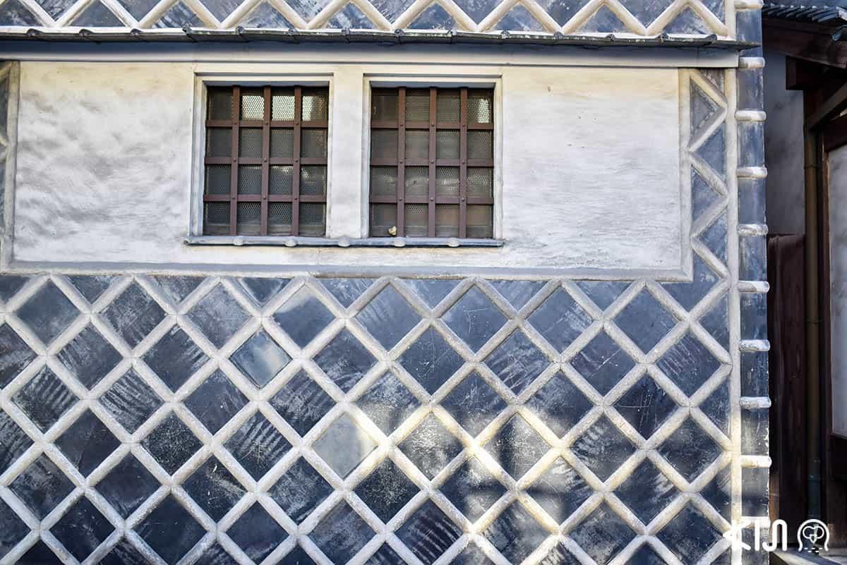 กำแพงนามาโกะอันเป็นเอกลักษณ์ของอาคารเก่าในย่านนี้ หน้าตาเหมือนปลิงทะเลไม่มีผิด