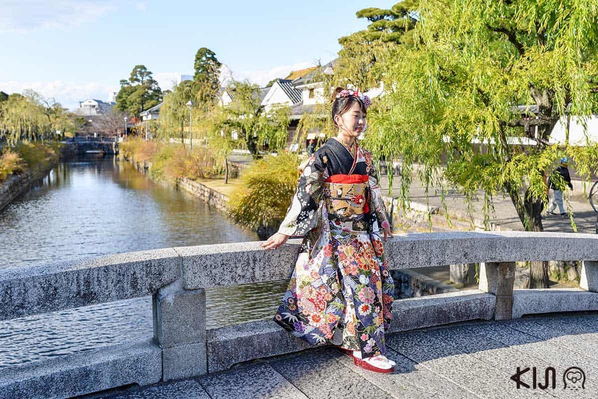 สาวๆ ใส่ชุดกิโมโนมาถ่ายรูปกันที่ย่านเมืองเก่าคุราชิกิ (Kurashiki)