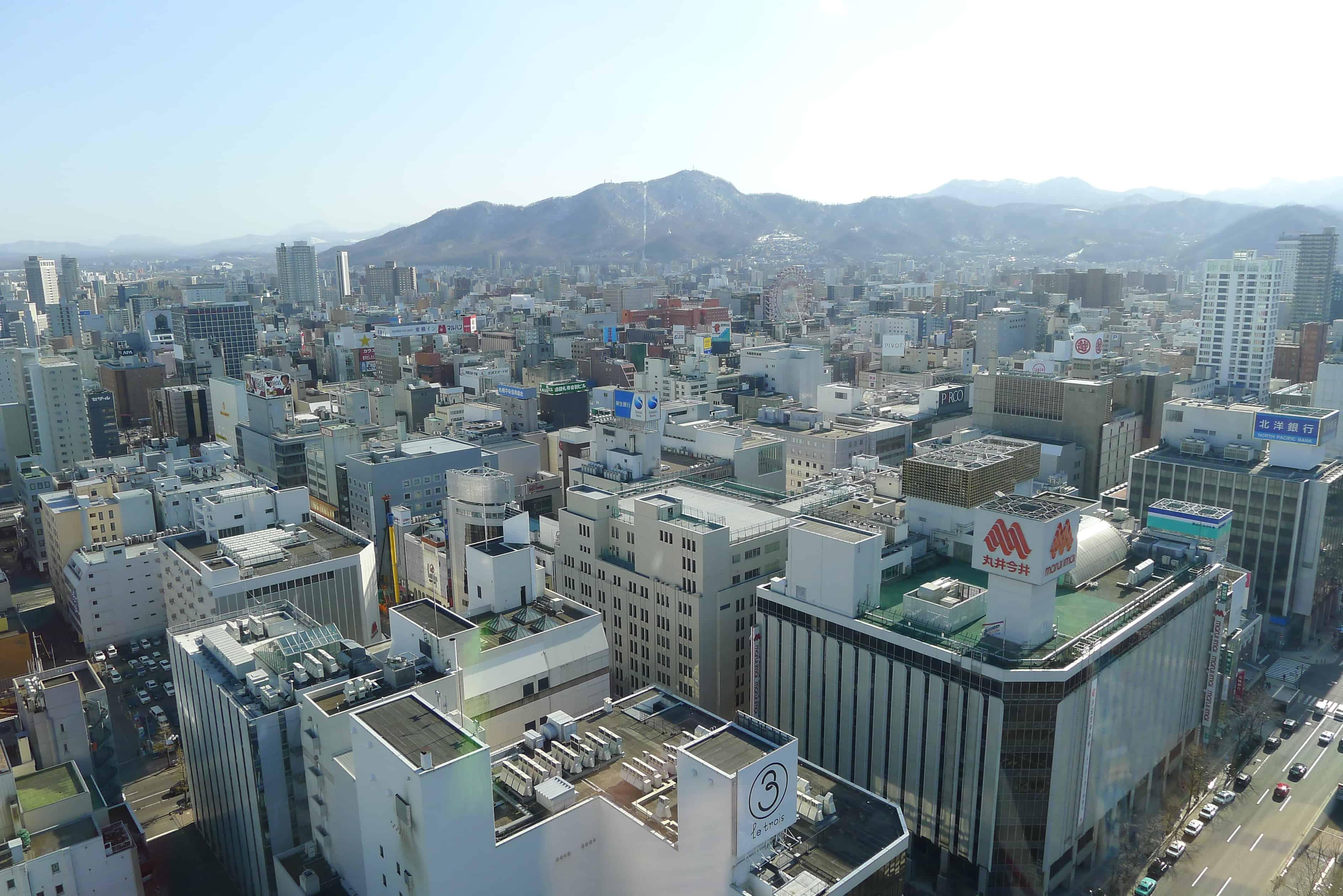 ชมวิวจาก Sapporo TV Towe สามารถมองเห็นภูเขา Mt.Moiwa ได้สบาย
