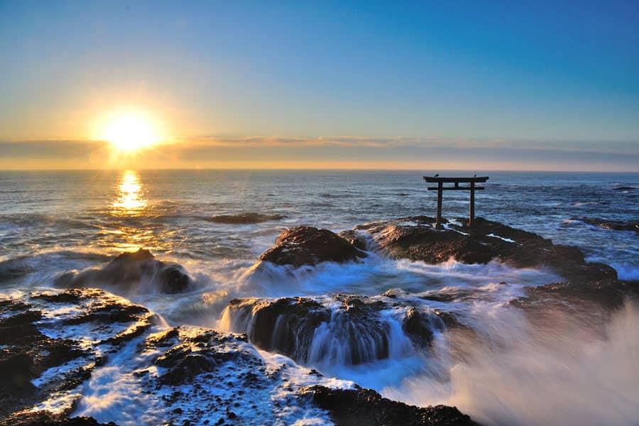 วิวพระอาทิตย์ที่กำลังจะลับขอบฟ้าบริเวณโทริอิของศาลเจ้าโออาไรอิโซซากิ (Oarai Isosaki Shrine) จุดถ่ายรูปยอดนิยมของผู้คนที่มาเยือนเมือง โออาไร