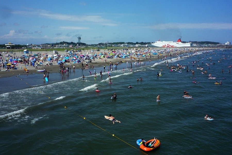 ชายหาดพระอาทิตย์ (Sun Beach) จุดเล่นน้ำยอดนิยมของคนญี่ปุ่นในละแวกนั้น มองเห็นเรือเฟอร์รี่ซันฟลาวเวอร์ (Ferry Sunflower) เคลื่อนผ่านไปอย่างรวดเร็ว