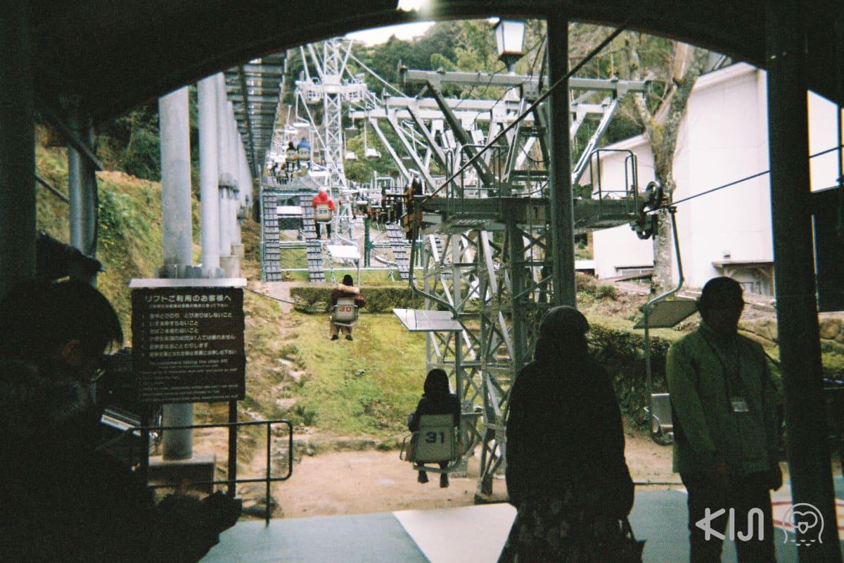 สามารถเดินทางขึ้นไปจุดชมวิว คาสะมัสสึ พาร์ก (Kasamatsu Park) โดยเคเบิลคาร์หรือกระเช้าแบบที่นั่งเดียวก็ได้