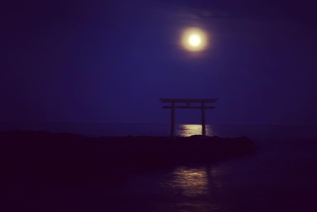 แสงจันทร์ที่สาดส่องลงมาสะท้อนให้เห็นเงาของโทอิริอย่างโรแมนติก