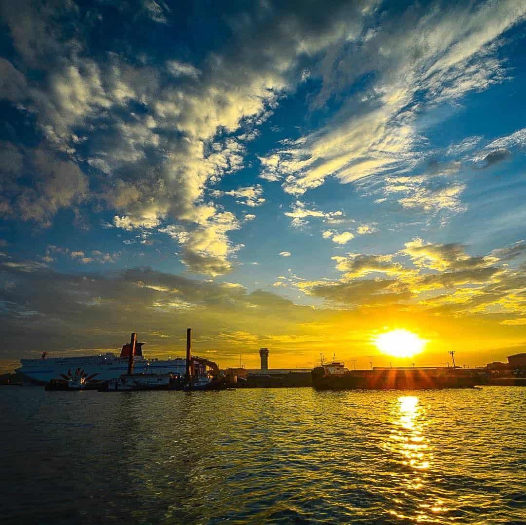 เรือเฟอร์รี่ซันฟลาวเวอร์ (Ferry Sunflower) ยามเย็นที่มองจากท่าเรือโออาไร