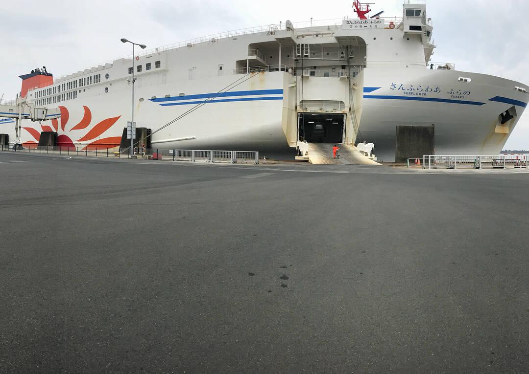เรือเฟอร์รี่ซันฟลาวเวอร์ (Ferry Sunflower) เทียบท่าอยู่ ณ ท่าเรือโออาไร (Port of Oarai)