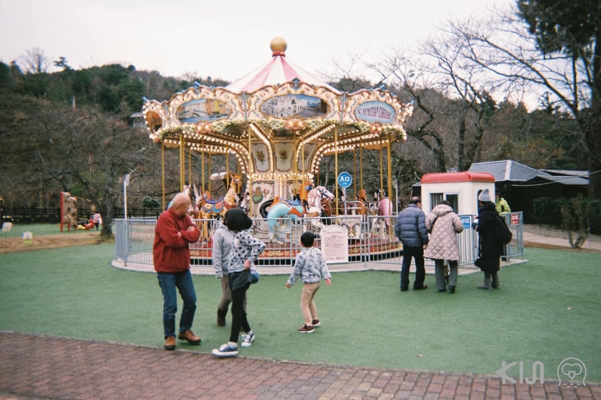 ด้านบนจุดชมวิวแห่งนี้มีสวนสนุกเล็กๆ ที่มีเครื่องเล่นให้เลือกสนุกมากมาย